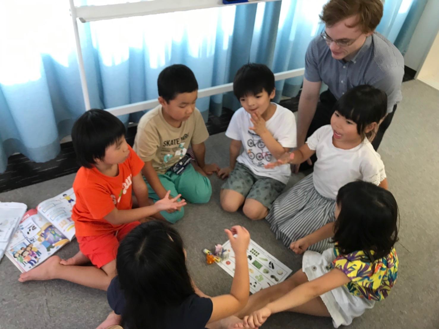 歌やゲームを交えて、まずは楽しく英語を使う事から学びます