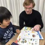 歌やゲームを交えて、まずは楽しく英語を学ぶ